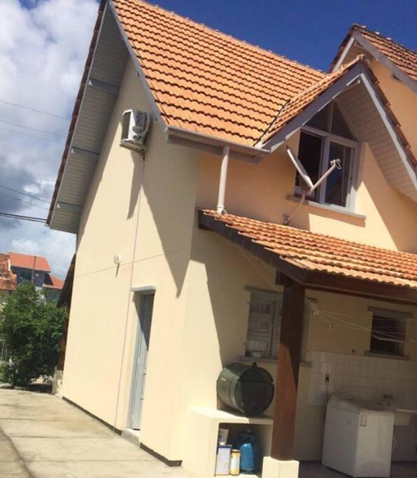 • Parte de trás da casa com lavanderia.