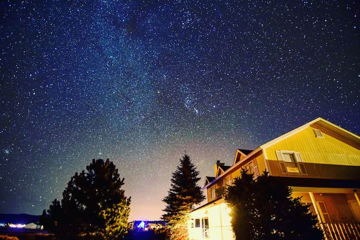 Cozy room and starry skies near Snowbowl ✨