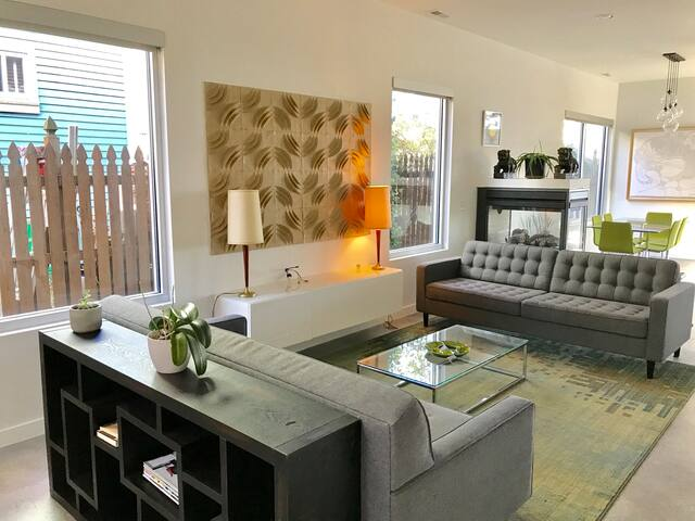*2BR 2.5BA - UNIQUE MODERN HOME IN DOWNTOWN KC