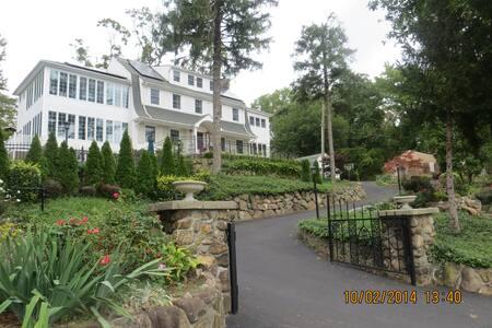 The Lighthouse Manor - Стейтен-Айленд