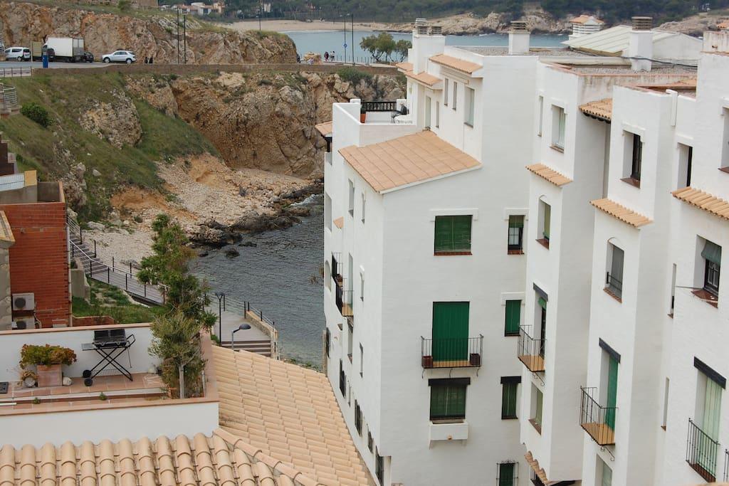 el apartamento esta en segunda línea de mar , el mar se ve desde una ventana