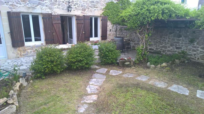 Charmante maison coeur de village - Saint-Martin-de-Gurson - House