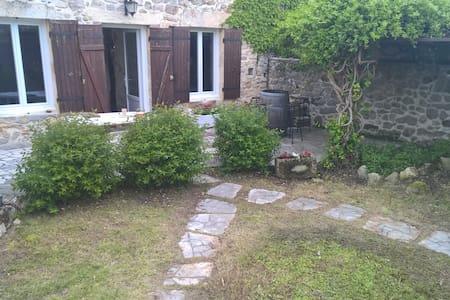 Charmante maison coeur de village - Saint-Martin-de-Gurson - Hus