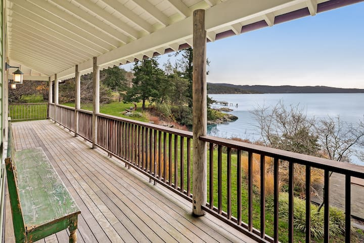 Waterfront & family-friendly home w/ deck,great views, full kitchen & WiFi!