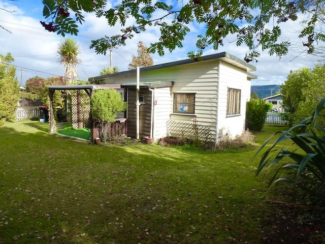 Kiwi cottage 5 min walk from central Te Anau - Te Anau - Casa