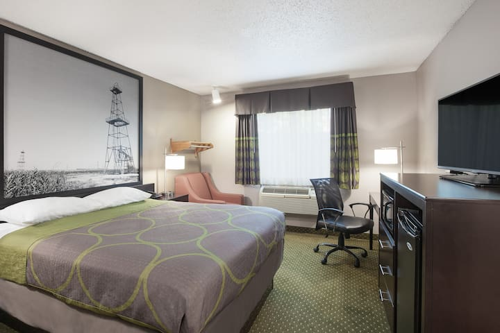 Super 8 by Wyndham DFW Airport West - Queen Bed
