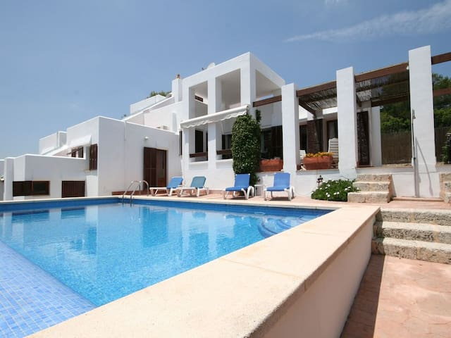Exclusive villa with direct access to the beach