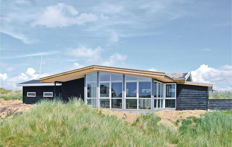 Holiday cottage with 2 bedrooms on 67m² in Fanø