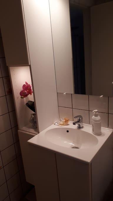 Badeværelse med brus