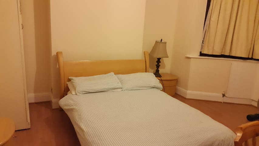Ex-Large size room 2min to Station - Ilford - Dom