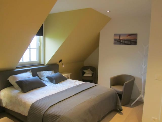 Grote kamer met dubbel bed en enkel bed, ook kinderbedje beschikbaar