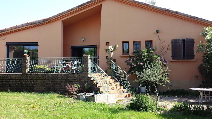 grande villa avec jardin arboré