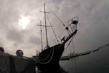 Beau voilier ancien 2 mats - Le Grau-du-Roi