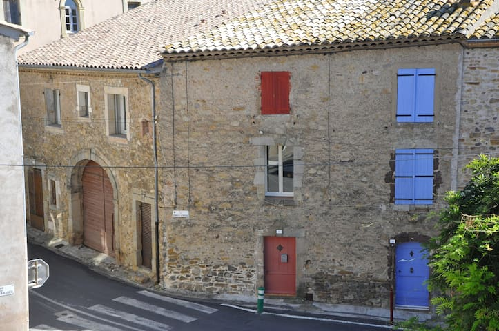 Pretty stone townhouse with a view - Neffiès - Huis