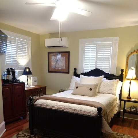 Violet Marie Suite - Trowell Historic Inn