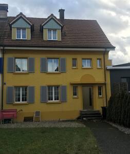 Dachwohnung im gelben Haus