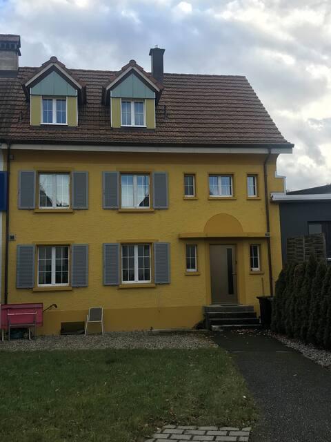 Studio/Dachwohnung im gelben Haus