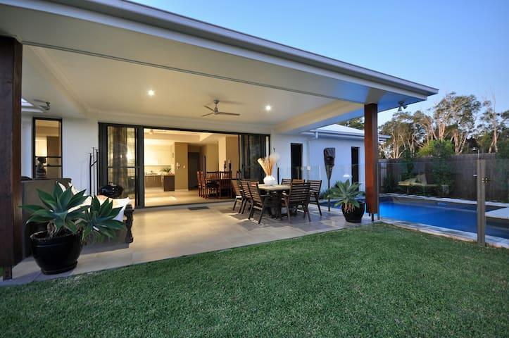 Lovely sunny room in modern home - Peregian Springs - House
