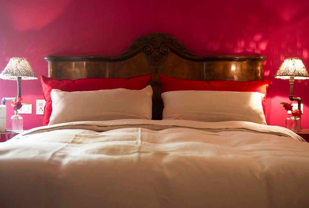 Il letto con cuscini, coperte e materasso in fibre naturali