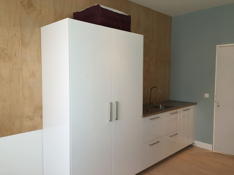 Kitchenette with fridge and freezer