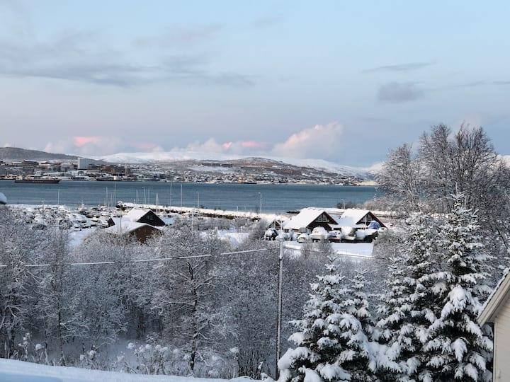 Moderne hus sentralt i Tromsdalen med flott utsikt