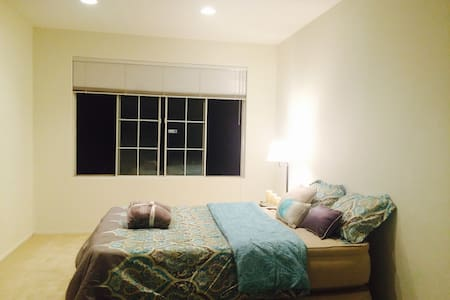 GORGEOUS AND SUPER CLEAN PRIVATE ROOM AND BATH - Santa Clarita
