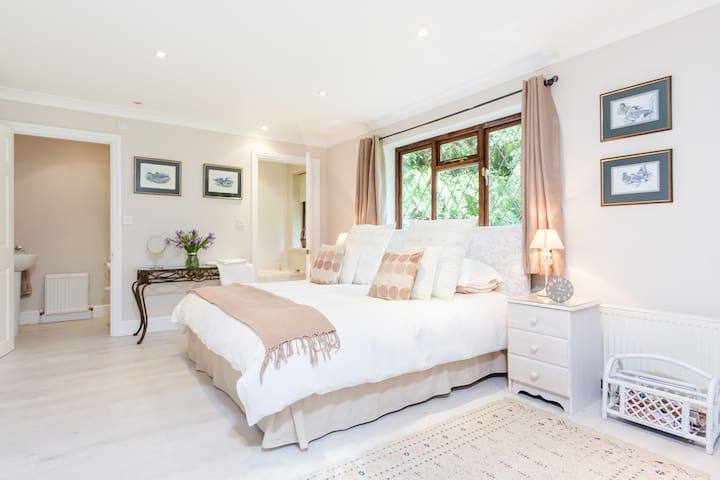 Elegant private annexe bedroom - Cobham - House