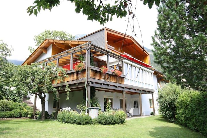 Ruime woning met zonnig balkon, net boven het dal gelegen