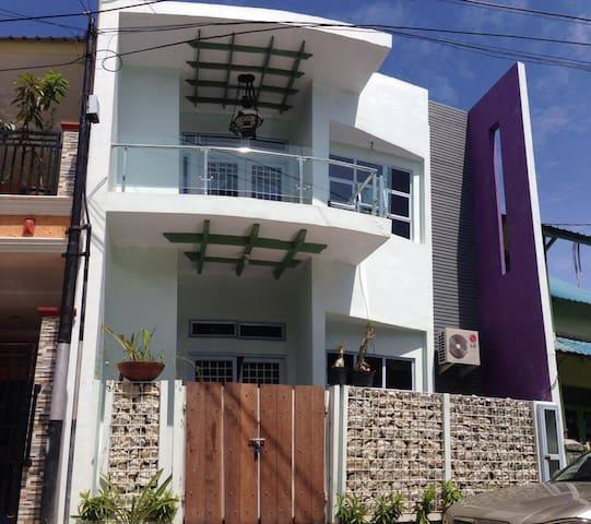 Sakura House A - Batam - Haus