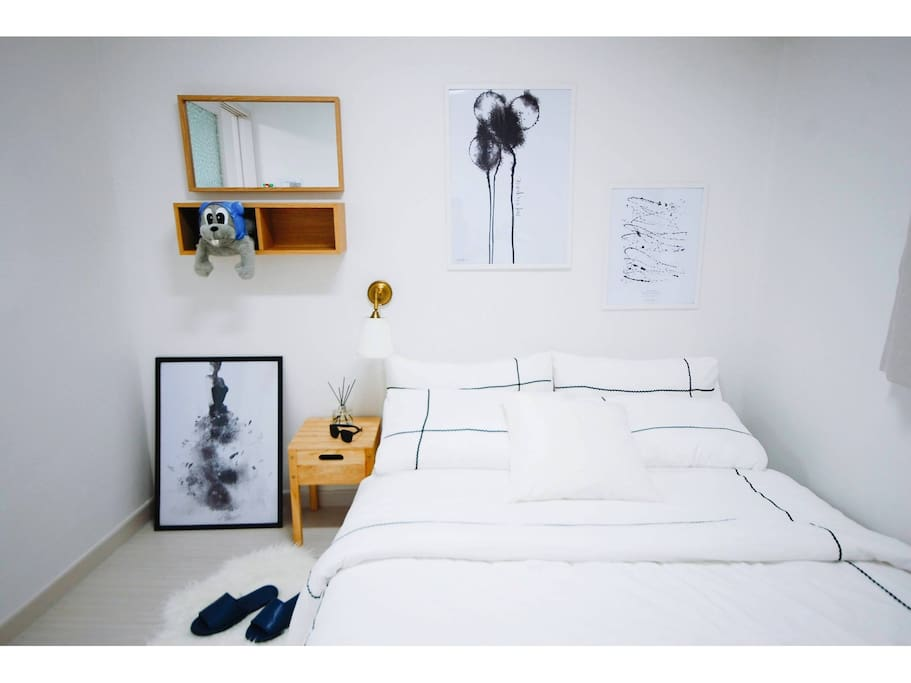 Room1 : Queen bed  and can fit one more single bed with Aircon