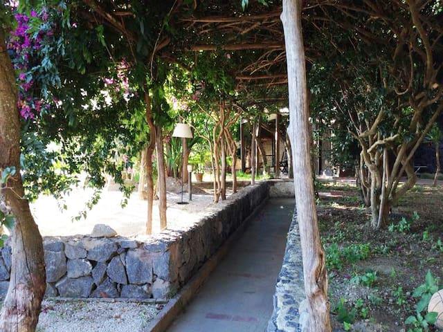 Casa con giardino panoramicissimo - Serrara Fontana