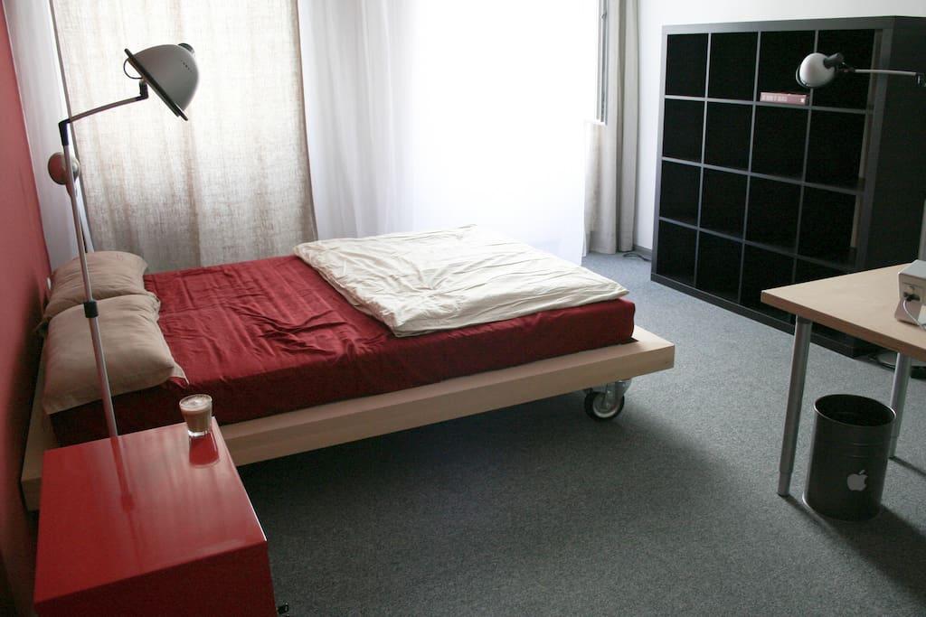 Helles 20 qm - Zimmer mit 2 Fenstern und Sparlampen mit warmen Lichtquellen, damit Du es auch am Abend gemütlich hast.