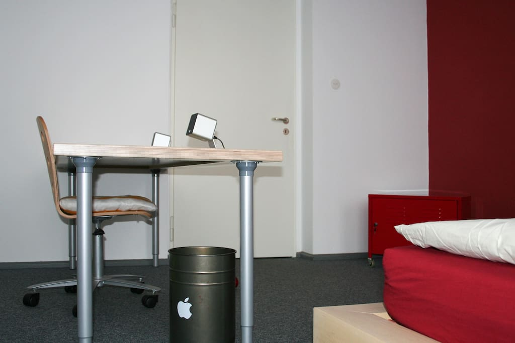 2 m Multiplex-Schreibtischplatte aus hellem Buchenholz. W-Lan und USB-Miniboxen. Falls Du arbeiten oder Dich ein wenig ausbreiten willst.