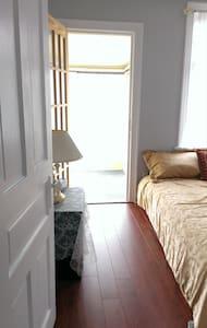 Room & deck at central Toronto - Toronto - Casa