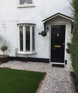 Beautiful character cottage - Worcester Park - บ้าน