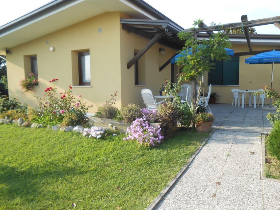 Entrata alle camere con terrazza esterna antistante al giardino