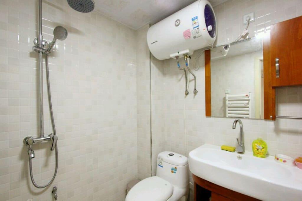 干净整洁的卫生间全景