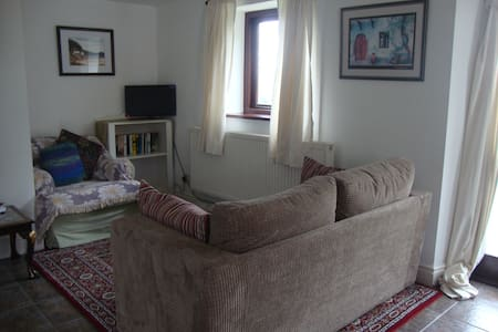 Dog friendly, cosy cottage in farm setting. - Penperlleni