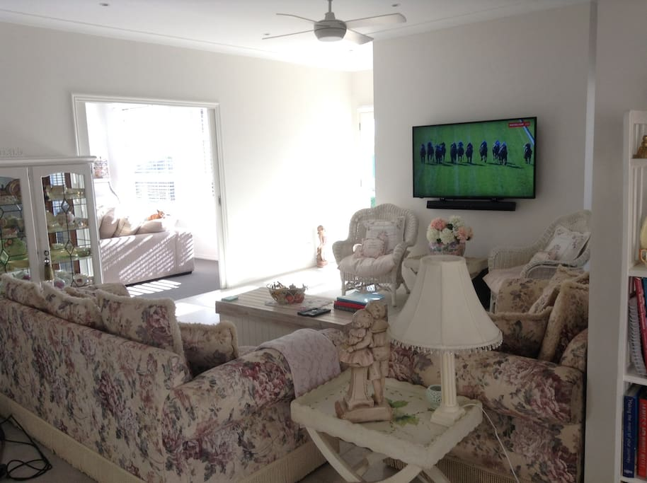 Comfortable lounge with large TV with Fetch and Netflix . Unlimited broadband.