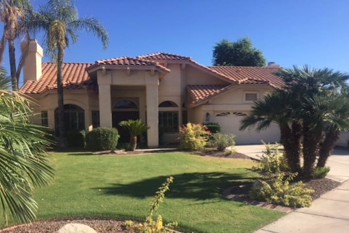 Luxury 4 bedroom with pool in Ocotillo