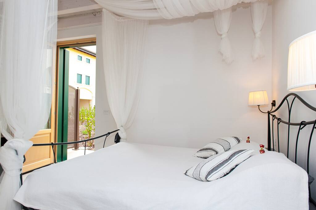 Bed Juliet room / letto stanza Juliet