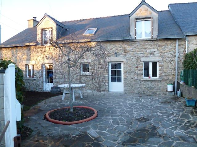 Maison en pierres renovée, 9 km de la mer - Férel - Hus