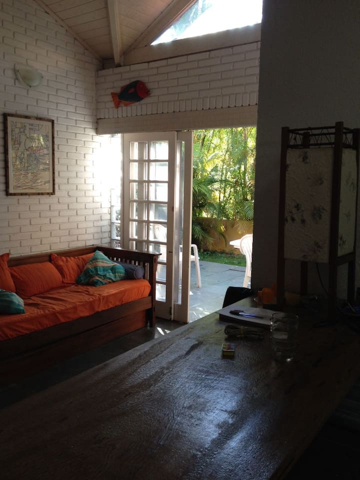 Charmosa casa em condomínio na Barra do Sahy