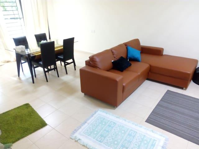 Single Bedroom in a Townhouse + Backyard - Cyberjaya - Casa