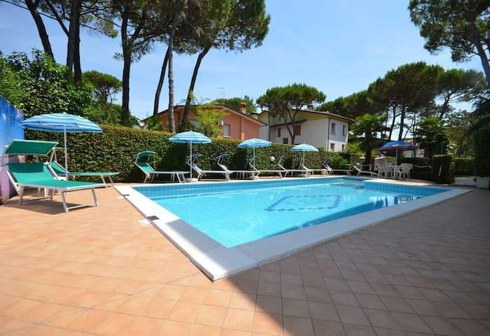 Grazioso appartamento in villa con piscina (VE03)