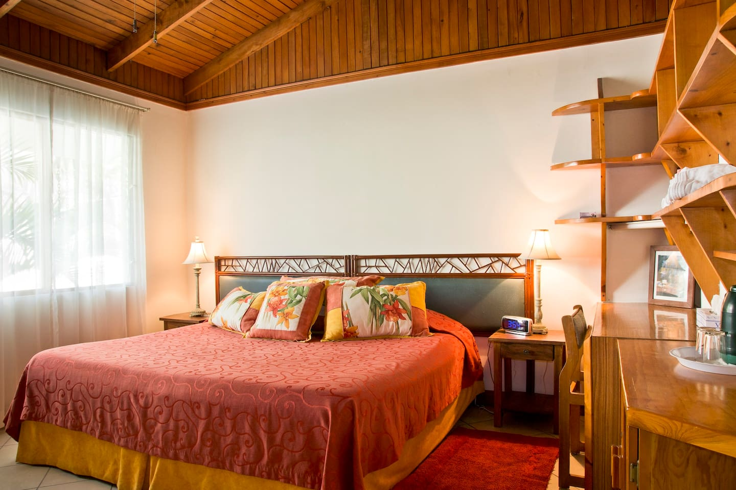 Standard room with King size bed and semi-private bathroom - garden view