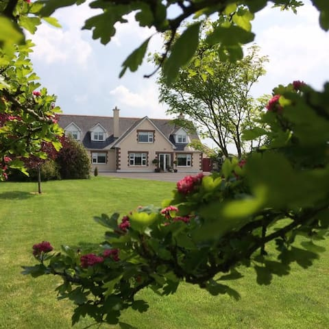 Large cosy dbl, quiet country hse,own sitting room - Galway - Huis