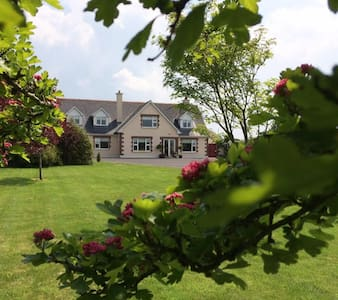 Large cosy dbl, quiet country hse,own sitting room - Galway - Hus