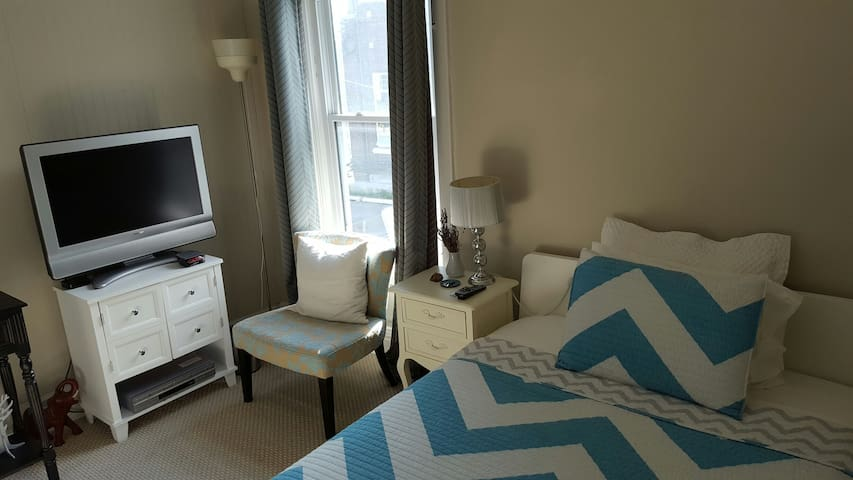 Cozy Private Room in Leslieville Near Downtown