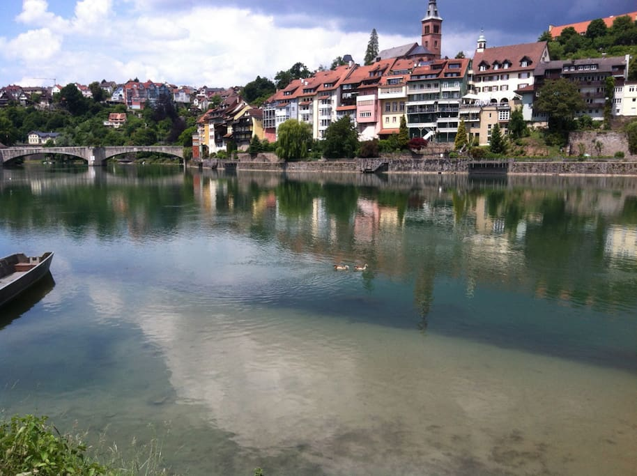 Die Wohnung liegt direkt am Rhein